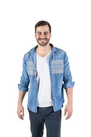 Isoliertes Porträt eines gutaussehenden jungen Mannes mit Bart, der legere Kleidung trägt und nach vorne lächelt. Konzept der positiven Emotionen Standard-Bild