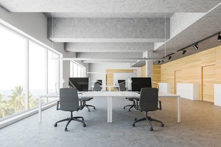 Interior de la oficina de espacios abiertos con paredes blancas y de madera, piso de concreto y filas de grandes mesas de computadora blancas. Puertas cerradas y archivadores. Representación 3d