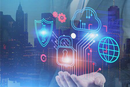 Geschäftsmann Hand hält Cybersicherheit und Cloud-Computing-Schnittstelle in der Stadt. Konzept des Datenschutzes. Doppelbelichtung des getönten Bildes
