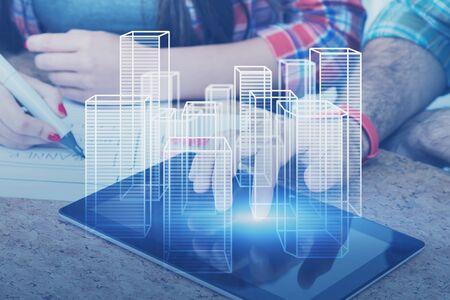 Hände von Geschäftsleuten in Freizeitkleidung, die mit Tablet mit Stadthologramm arbeiten. Konzept der High-Tech- und Smart-City-Softwareentwicklung. Doppelbelichtung des getönten Bildes