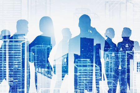Silhouetten von Geschäftsleuten über Nacht und virtueller Stadthintergrund mit Doppelbelichtung der sozialen Netzwerkschnittstelle. Konzept von HR und Einstellung. Getöntes Bild