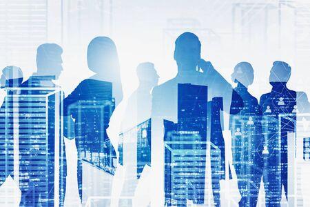 Sylwetki ludzi biznesu na tle nocy i wirtualnego miasta z podwójną ekspozycją interfejsu sieci społecznościowych. Pojęcie HR i rekrutacji. Stonowany obraz