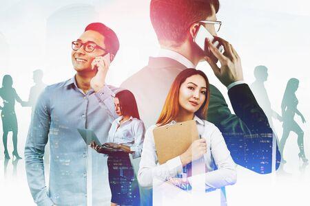 Fiduciosa donna asiatica con appunti, uomo asiatico sorridente al telefono, donna d'affari seria con laptop e uomo europeo al telefono in città. Concetto di lavoro di squadra. Doppia esposizione dell'immagine tonica