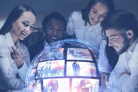 Giovani felici che guardano l'interfaccia di streaming video futuristica. Concetto di alta tecnologia e social media. Doppia esposizione dell'immagine modificata. Elementi di questa immagine fornita dalla NASA