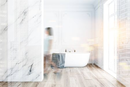 Giovane donna sfocata che cammina all'interno di un bagno di lusso con pareti bianche e in marmo, pavimento in legno e comoda vasca da bagno. Doppia esposizione dell'immagine tonica