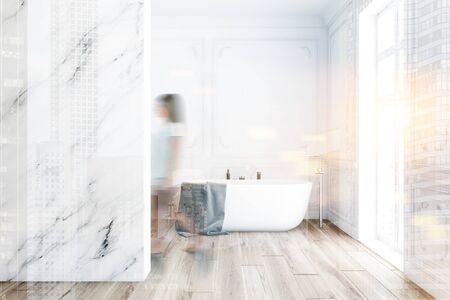 Mujer joven borrosa caminando en el interior del baño de lujo con paredes blancas y de mármol, piso de madera y cómoda bañera. Doble exposición de imagen tonificada