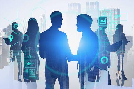 Silhouettes de gens d'affaires en ville avec double exposition de l'interface HUD. Concept de ville intelligente et de travail d'équipe. Image tonique