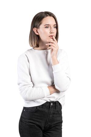 Retrato aislado de pensativa joven europea preocupada en ropa casual con pelo corto y rubio. Concepto de elección