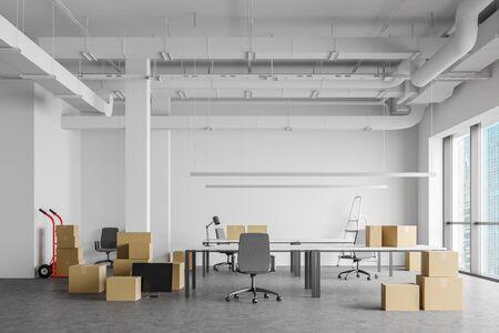 Kartons mit Ausstattung im geräumigen, weißen Open-Space-Büroinnenraum. Konzept des Umzugs und der Lieferung. 3D-Rendering