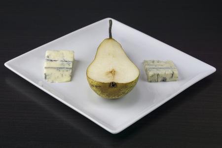 ナシは暗い背景のプレートでチーズを助けた 写真素材 - 97008011