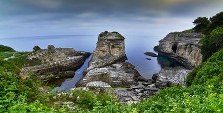 Zwarte zeekliffen. Kerpe - Turkije