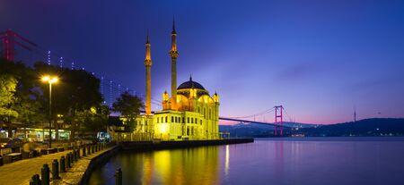 Ortaköy - Istanbul. Mosquée d'Ortakoy et Bosphore à l'aube Banque d'images