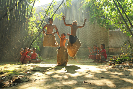 indonesisch: De kinderen spelen in hun dorp op Rumpin, Bogor, Indonesië
