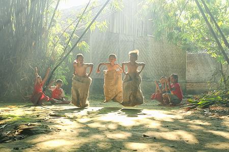 De kinderen spelen in hun dorp op Rumpin, Bogor, Indonesië