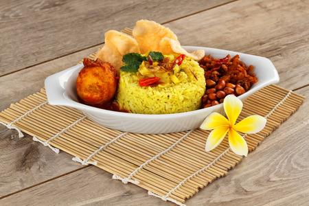 Nasi kuning, comida indonesia Foto de archivo - 31922744