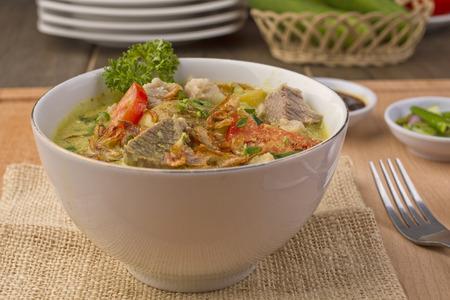 Soto betawi, soupe de b?uf indonésienne Banque d'images - 83466293