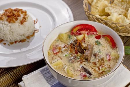 Soto betawi, zuppa di manzo indonesiana Archivio Fotografico - 83466287