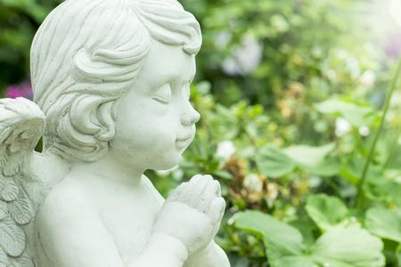 Young Angel Sculpture in garden Imagens