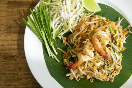 Fried noodle thai style (pad thai) Delicious Archivio Fotografico - 129096787