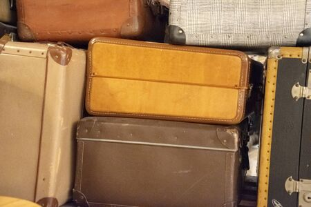 Old Suitcases, Retro suitcases, travel luggage, Vintage Suitcases Concept Travel Luggage Traveler. 免版税图像