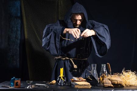 Portret van een gekke middeleeuwse wetenschapper die in zijn laboratorium. Alchimist. Halloween.