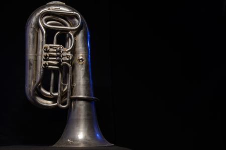 zilveren tuba geïsoleerd op een zwarte achtergrond
