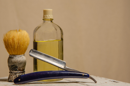 utiles de aseo personal: A sharp straight razor, brush and cologne aftershave Foto de archivo