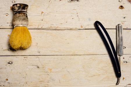 utiles de aseo personal: Razor afeitado y suministros rectas sobre fondo de madera