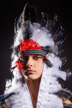 vestidos de epoca: Joven mujer americana nativa india hermosa sobre fondo negro Foto de archivo