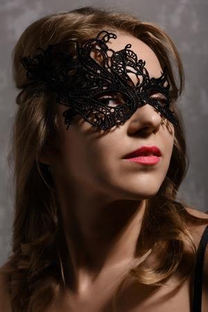 sexy young girl: Крупным планом портрет молодой чувственной женщины имбиря носить черную маску партии Фото со стока