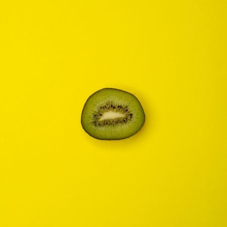 kiwi fruta: kiwi cortado en el fondo amarillo