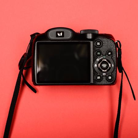 fondo rojo: C�mara digital profesional. parte trasera de una c�mara digital, con una pantalla LCD en blanco.