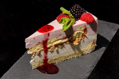 tort: ?ake with raspberries and blackberries