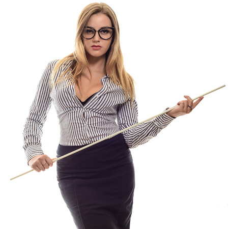 Sexy dziewczyna w okularach Ścisłe nauczyciel długa czarna spódnica i koszula w paski ze wskaźnikiem w ręku izolowane na białym