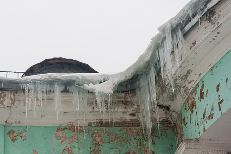 icily: Dangerous large icicles in a house roof