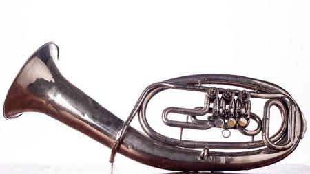 Alto saxhorn close-up geïsoleerd op wit. Stockfoto