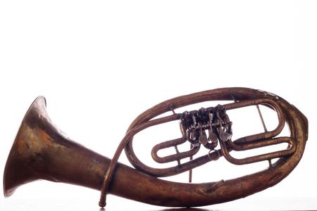 isolato vecchio arrugginito alto saxhorn su sfondo bianco.