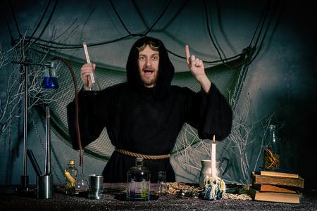 Porträt einer verrückten Alchemistenflasche. Der mittelalterliche Wissenschaftler hatte eine Idee. Halloween