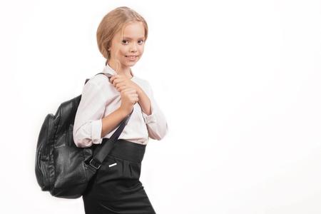 Retrato de una colegiala sonriente en uniforme con mochila escolar - Imagen
