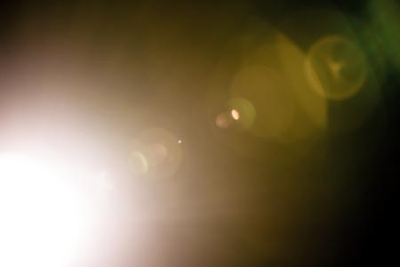 Flash di una stella astratta lontana. Chiarore astratto del sole. Il riflesso dell'obiettivo è soggetto a correzione digitale. - Immagine Archivio Fotografico