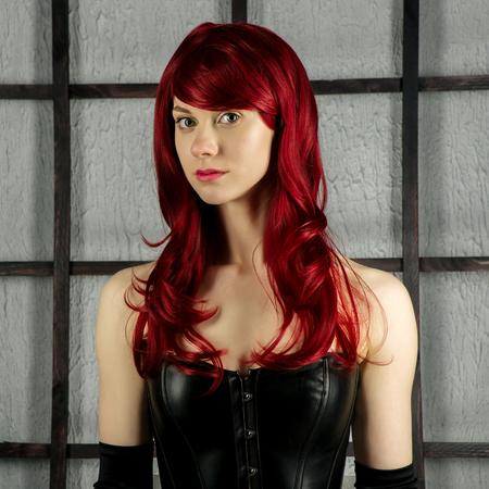 Portrait de jeune fille rousse dans un corset en cuir - image