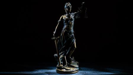 Themis-Statuette steht auf dem alten Vintage-Steintisch. Bild mit einem leichten Pinsel aufgenommen - Image
