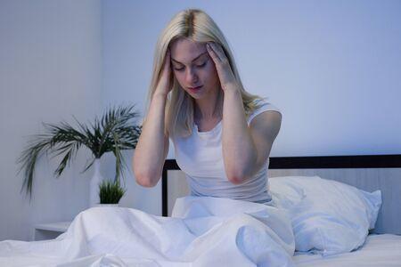 Depressive Frau wacht nachts auf, sie ist erschöpft und leidet an Schlaflosigkeit - Image