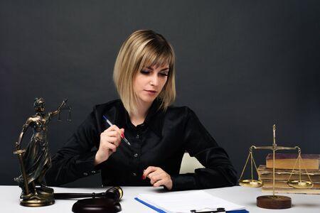 Eine junge faire Richterin arbeitet in ihrem Büro. - Bild