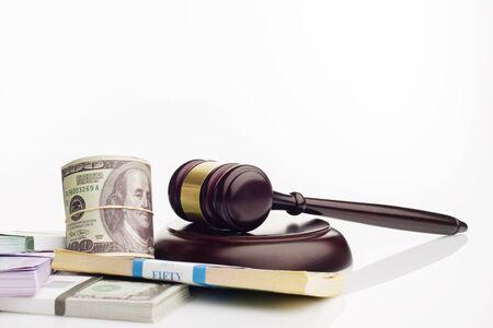 Marteau du juge et packs de dollars et de billets en euros sur fond blanc. Le concept de dette nationale croissante - image Banque d'images