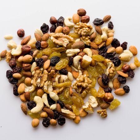 Mix of nuts and dried fruits. Cashew, almonds, macadamia, hazelnuts, Brazilian, walnuts, raisins, peanuts - image Foto de archivo - 135502370