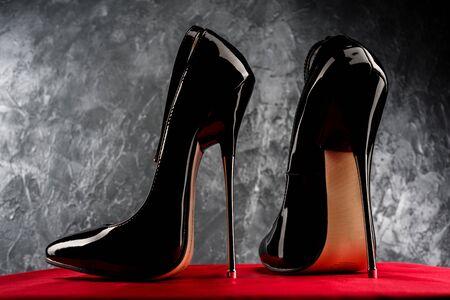 Schwarz glänzende Lackleder Stiletto High Heels mit Knöchelriemen - image