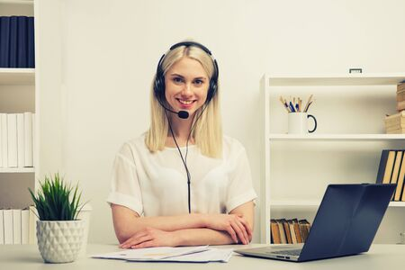 Close-up portrait of a customer service agent sitting at office -image Stockfoto