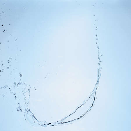 beautiful splashes a clean water on blue gradient background. 免版税图像