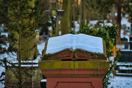 A book on a tomb, covered with snow Standard-Bild